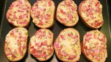 Пицца-бутерброды за 10 минут. Сочная начинка на хрустящем батоне.